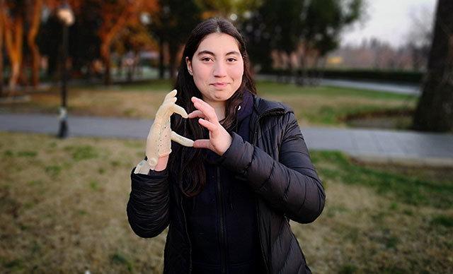 Doğuştan sağ eli olmayan 13 yaşındaki Melisa Gökgöz, üretilen robot el sayesinde hayallerine kavuştu.