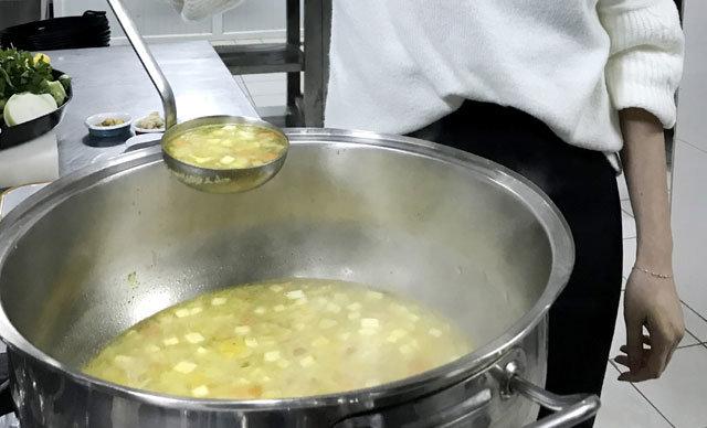 Antalya'da diyetisyen Nafikar Turan, soğuk kış günlerinde grip, nezle ve soğuk algınlığından korunmak için kış sebzeleriyle hazırlanmış çorba içilmesini tavsiye etti.