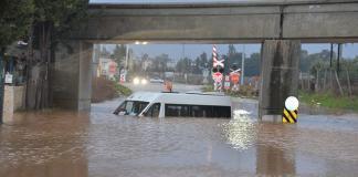 Adana'da gece yarısı etkili olan yağmur nedeniyle, bazı caddeler ve sokaklar göle döndü, evlerde su baskını yaşandı.