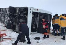 Sivas'ta kar ve buzlanma nedeniyle sürücüsünün kontrolünden çıkan çıkan yolcu otobüsü yan devrildi. Kazada yaralılar olduğu bildirildi.
