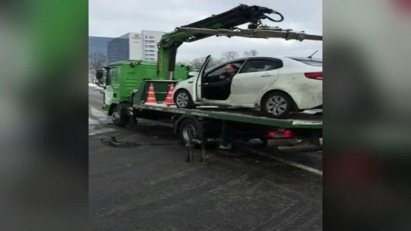 Rusya'da aracını çeken çekiciye öfkelenen sürücü, aracını çekici üzerinden rampa olmaksızın indirdi.