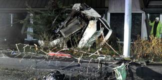 Ankara'da virajda sürücüsünün kontrolünden çıkan otomobil, yol kenarındaki ağacı devirerek 100 metreden vadiye uçtu. Araç içinde sıkışan yaralı kadın, ambulansla hastaneye kaldırıldı.