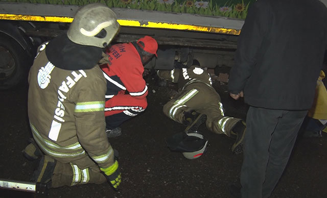 Fatih'te çöp kamyonetinden inen sürücü aracın bir anda kayması sonucu altında kalarak ağır yaralandı.