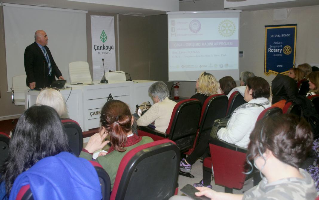 """Türkiye'nin ilk mor bayrak sahibi yerel yönetimi olan Çankaya Belediyesi'nin ev sahipliğinde, """"Girişimci Kadınlar Projesi"""" 1. etap eğitimleri bin 51 kursiyerle devam ediyor. 2. etap eğitimler ise Mayıs ayında başlayacak."""