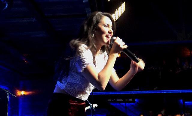 Hollanda'da yaptığı özgün müzikle uluslararası üne kavuşan genç şarkıcı Karsu Dönmez, İstanbul'da konser verdi.