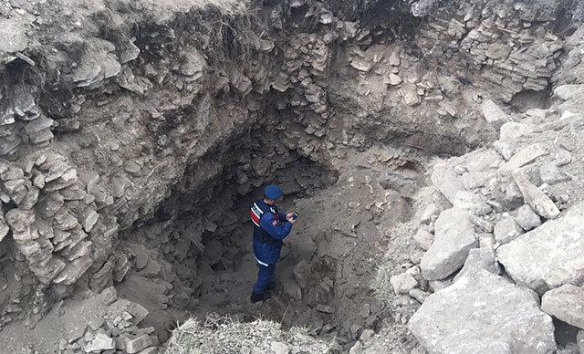 Konya'da, define aramak için kepçeyle izinsiz kazı yaptığı tespit edilen V.K. jandarma tarafından suçüstü yakalandı.