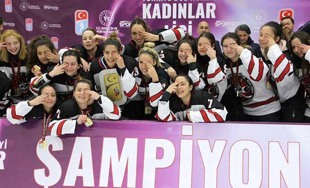 Buz Adam GSK'yı mağlup eden Buz Korsanları SK, bulduğu altın golle sezonu şampiyon olarak tamamladı.