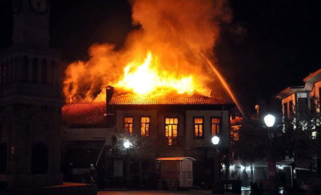 Yangın, saat 05.45 sıralarında Hacettepe Mahallesi Sarıkadı Sokak üzerinde bulunan Hamamönü Çarşısı'ndaki tarihi Ankara konağında çıktı.