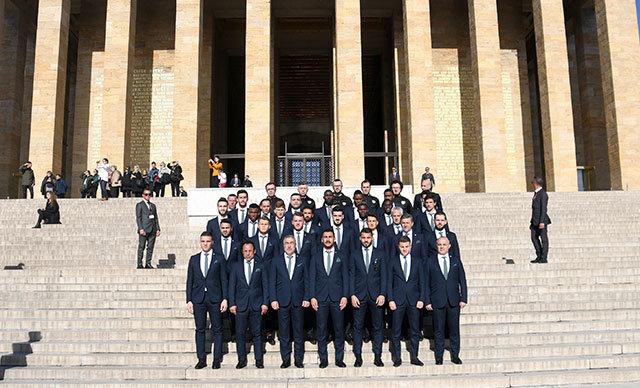 Bursaspor teknik heyeti ve oyuncular, MKE Ankaragücü maçı öncesinde Anıtkabir'i ziyaret etti.