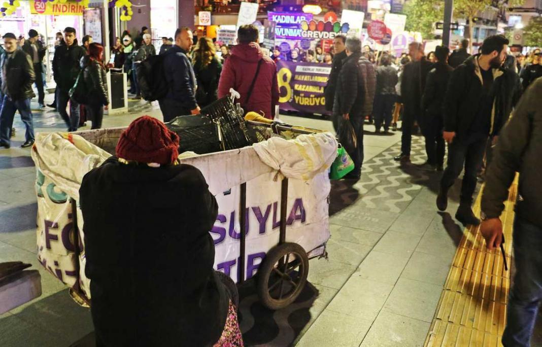 Samsun'da, 8 Mart Dünya Emekçi Kadınlar Günü kutlamaları kapsamında yüzlerce kadının katılımıyla düzenlenen yürüyüşle, kadına yönelik şiddet ve istismara tepki gösterildi.
