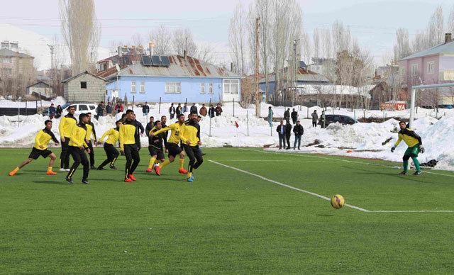 Muş'un Varto İlçesi'nde terör olayları sebebiyle yapılamayan amatör futbol müsabakaları başladı.