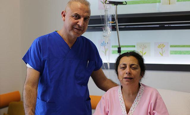 İzmir'de yaşayan ve katarakt nedeniyle görme yetisini tamamen kaybeden Meliha Karakaşlı (57), lazer operasyonu ile sağlığına kavuştu.