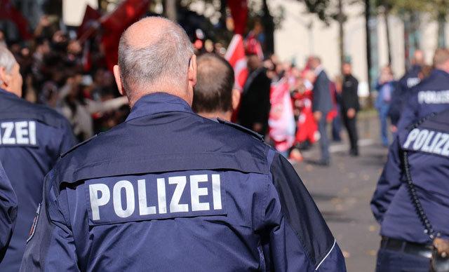 Almanya'da mahkeme, bir mülteciyi önce sözlü taciz, ardından darp eden alkollü polislerin davasında kararı açıkladı. Mahkeme, polislerin görevlerine devamı yönünde karar verdi.