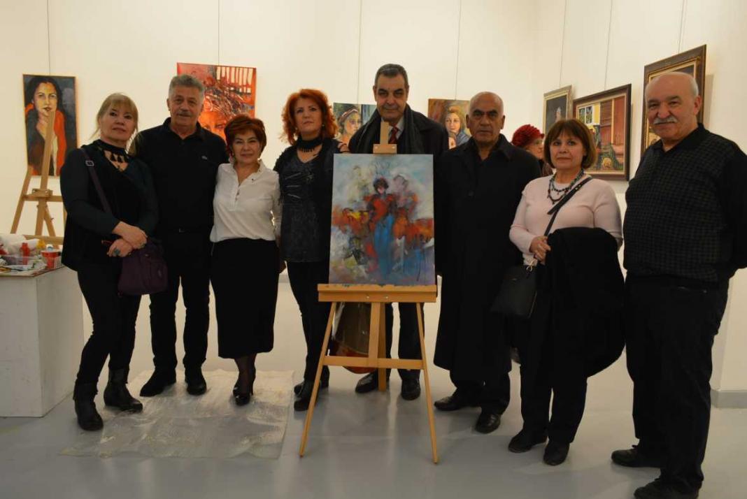 Çağdaş Sanatlar Galerisi'nde düzenlenen sergide gösterdiği canlı resim performansıyla sanatseverleri büyüledi.