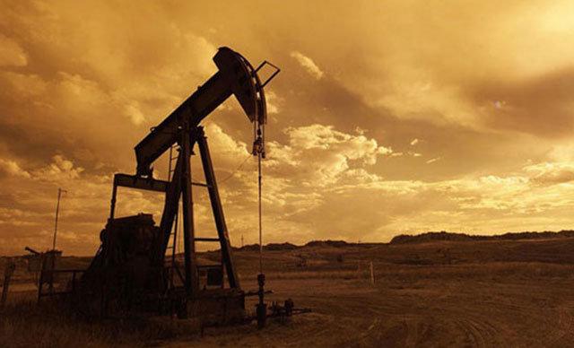 Petrol fiyatları ABD stoklarında görülen aftalık 7.2 milyon varillik artış etklisiyle hafif düştü.