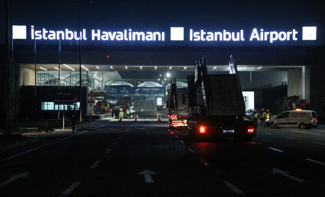 Atatürk Havalimanı'ndan İstanbul Havalimanı'na'Büyük Taşınma' operasyonu başladı. Konteynerler ile yüklü TIR'lar 03.00 itibariyle yola çıktı.
