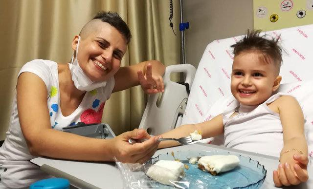İzmir'de geçen yıl kasım ayında Juvenil Miyelomonositik Lösemi (JMML) teşhisi konulan Öykü Arin'e (4), annesi Eylem Şen Yazıcı'dan yüzde 50 uyumlu ilik nakli yapılması için süreç başlatıldı.
