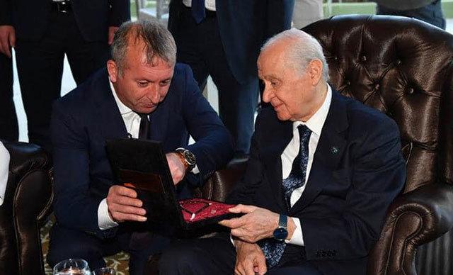 Milliyetçi Hareket Partisi (MHP) Kastamonu İl Başkanı Yüksel Aydın, partilerinin Genel Başkanı Devlet Bahçeli'ye özel olarak yaptırdığı tesbihi hediye etti.