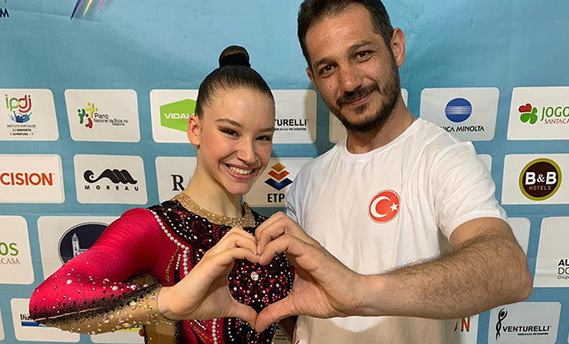 Manisa Büyükşehir Belediyespor'un altın kızı Ayşe Begüm Onbaşı, Portekiz'in Cantanhe kentinde düzenlenen Aerobik Jimnastik Dünya Kupası'nda'Büyükler Tek Kadınlar Kategorisi'nde 20 bin 700 puan alarak birinci oldu.