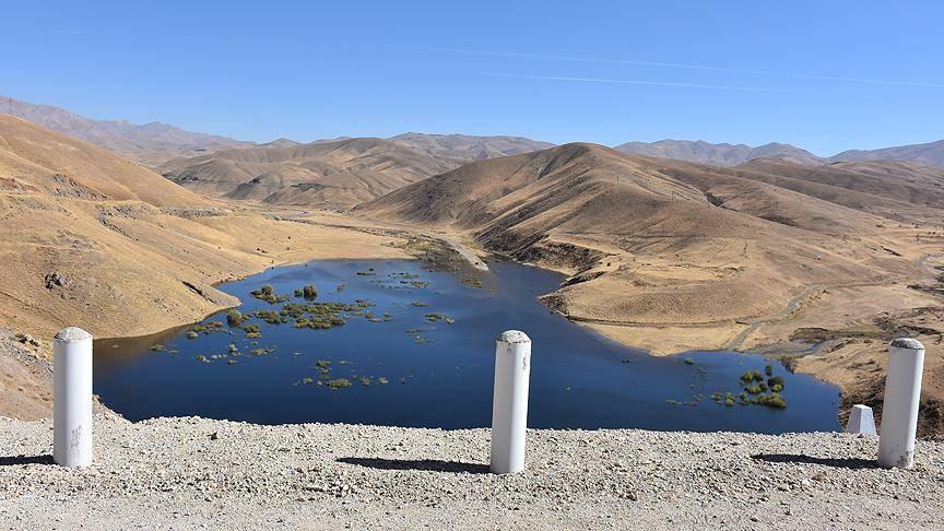 Hakkari'nin Yüksekova ilçesinde, Devlet Su İşleri (DSİ) Genel Müdürlüğü'nce yapılan ve geçen yıl tamamlanan Dilimli Barajı'nda su tutulmaya başlandı.