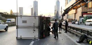 Kartal'da refüje çarpan kamyonet